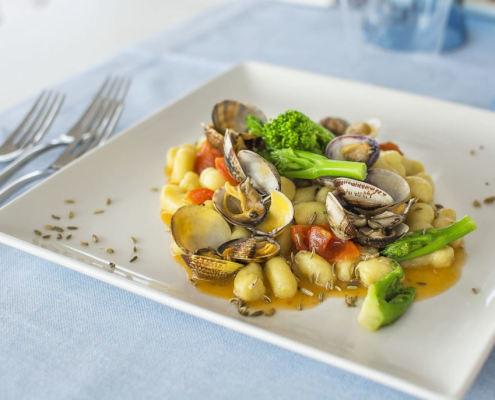 Kartoffelklößchen mit Venusmuscheln und Fenchelsamen